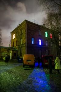 Exterior de la localización del vivo, relizado en un psiquiátrico abandonado en Helsinki, Finlandia. Son visibles las Salas Azul, Verde y Roja. Foto de  Tuomas Puikkonen.