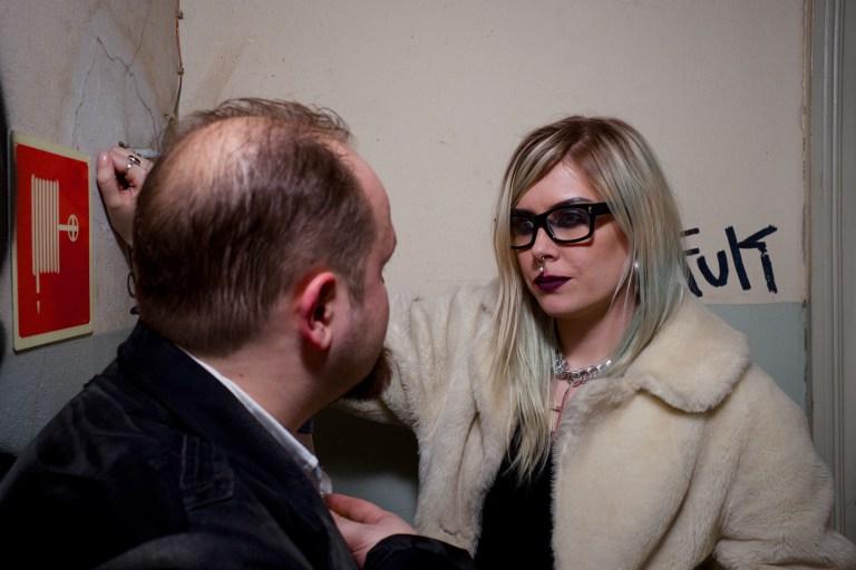 Una Ventrue y otro vampiro aconsejando se uno a otro en esquina en privado. Foto de Tuomas Hakkarainen.
