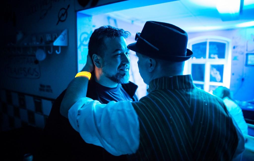 """Un jugador usa la mecánica """"De verdad, de verdad...."""" para Presencia poniendo su mano en la nuca de otro participante para indicar persuasión sobrenatural. Foto de Tuomas Puikkonen."""