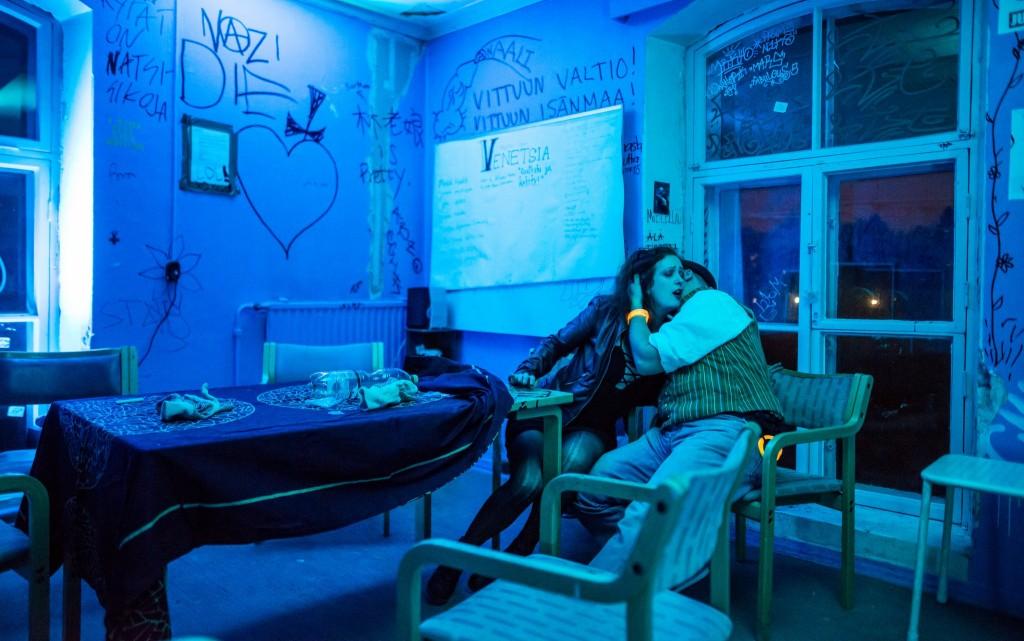 Escena de alimentación en la Sala Azul. Foto de Tuomas Puikkonen.
