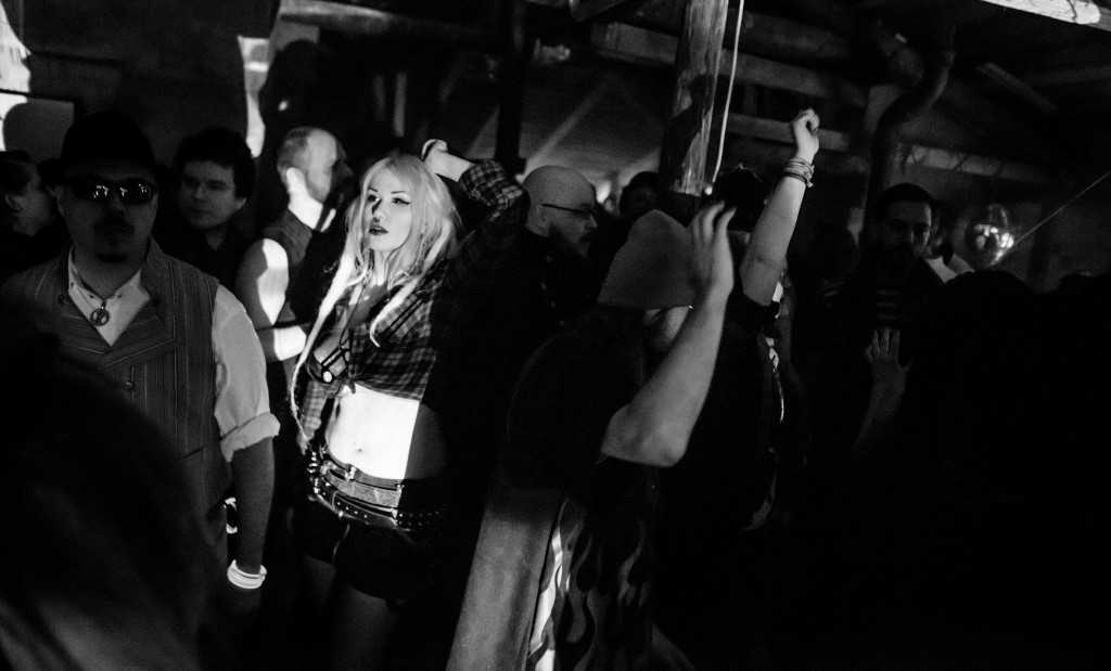 La pista pinchó música rave durante la noche. Cruzar las miradas en la pista era la mecánica para empezar una nueva escena con una nueva persona. Foto  de Tuomas Puikkonen.