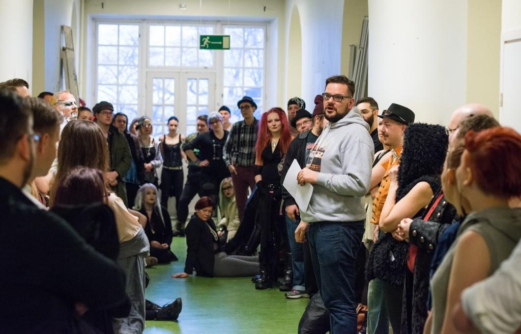 El organizador Bjarke Pedersen explicando las instrucciones antes del juego. El espacio y las limitaciones de tiempo imposibilitaron el workshopping extensivo. Foto por Tuomas Puikkonen.