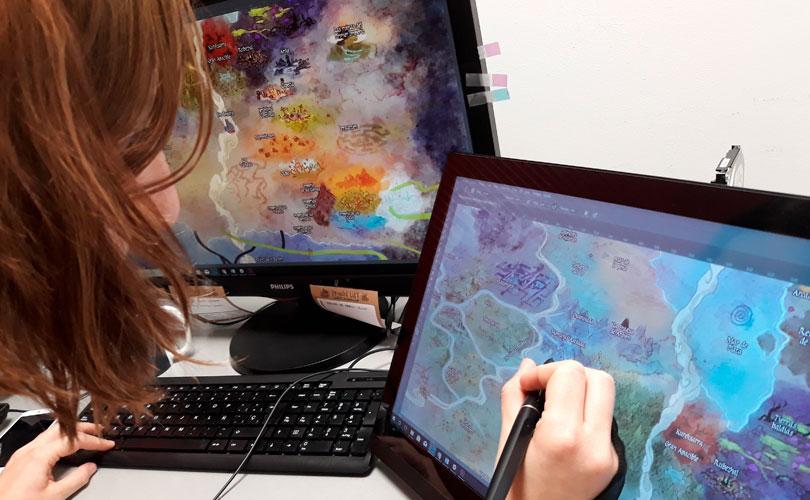 Esther Sanz trabajando en el mapa